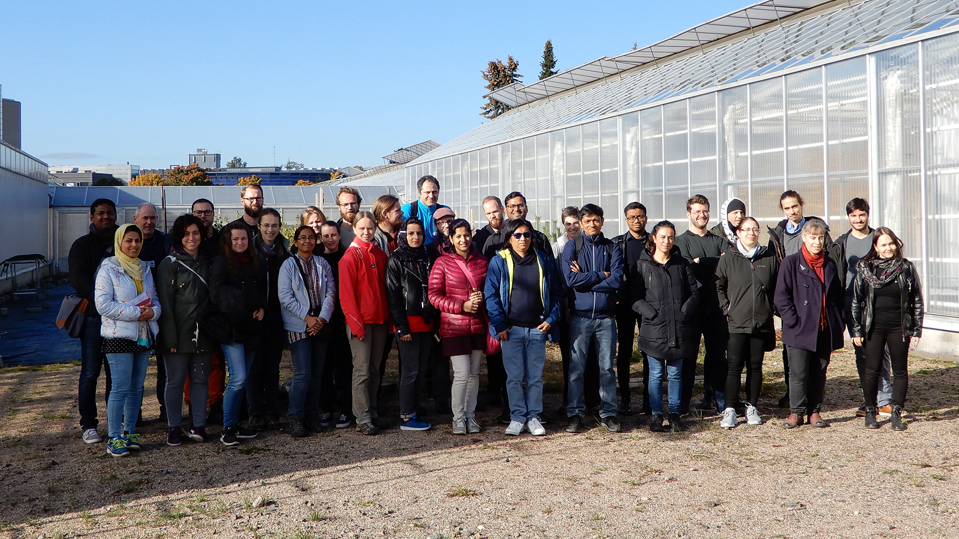 UPSC meets ViPS - group picture with the visiting PhD students and postdocs from UPSC in front of the greenhouses at ViPS